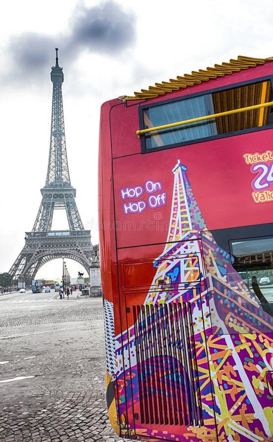 Sikt av den Citysightseeing bussen i Paris, med Eiffeltorn på bakgrund nära Trocadero, Paris, Frankrike arkivbilder