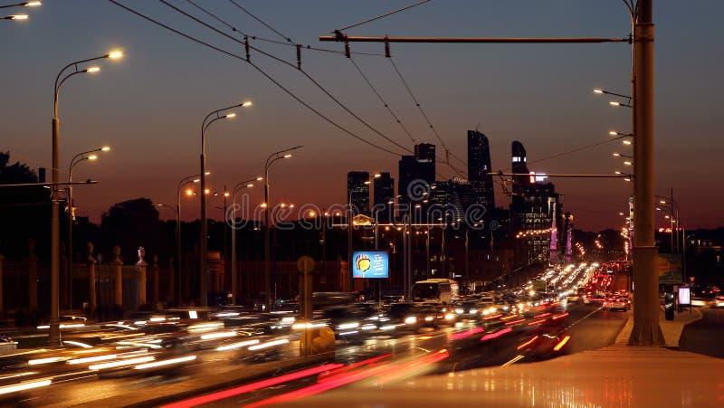 Sikt av den Crimean axeln för gata och affärsmitten av Moskvastaden royaltyfria bilder