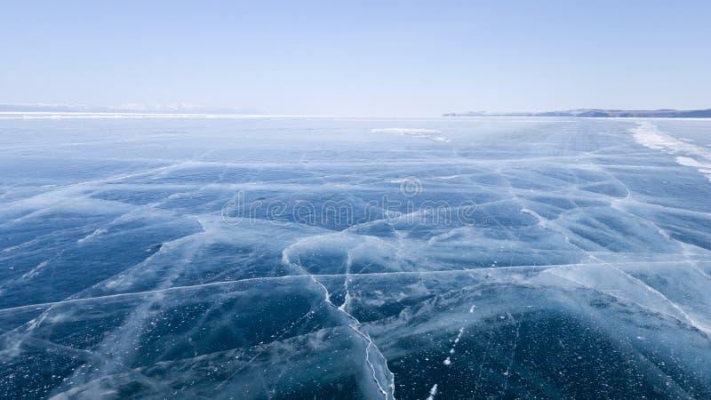 Sikt av den djupfrysta isen av Lake Baikal och ljus klar himmel på en solig vårdag Lopp till frostiga Sibirien Vinter-vår i Ryssl royaltyfri bild