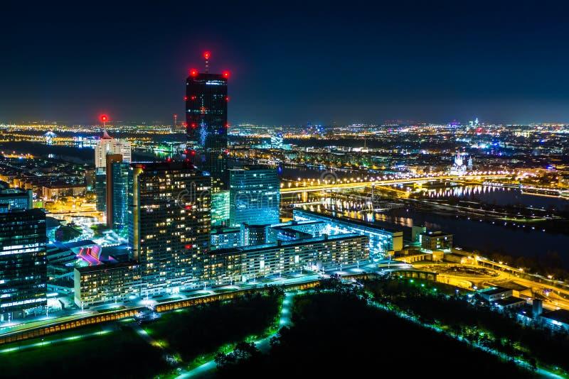 Sikt av den Donau staden på natten, från Donauturmen, i Wien, Aust royaltyfri foto