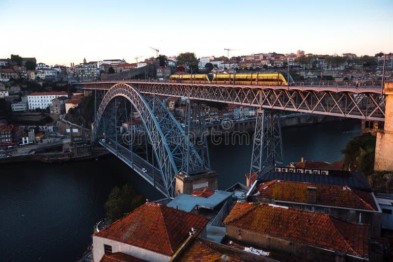 Sikt av den Douro floden och Dom Luis som jag överbryggar på skymning, Porto royaltyfri foto