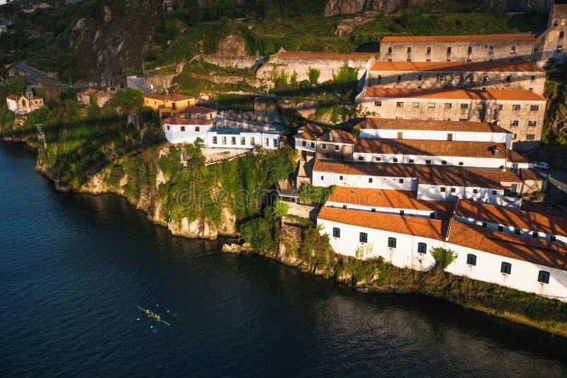 Sikt av den Douro floden och kusten av det Vila Nova de Gaia skottet från Dom Luis som jag överbryggar, Porto royaltyfri fotografi