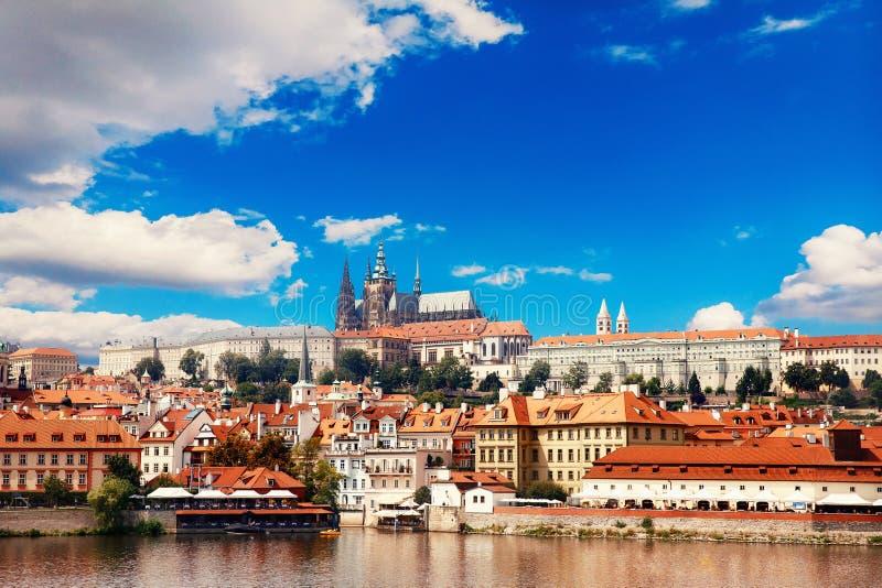 Sikt av den färgrika Prague Europa slotten med floden Vltava och den gamla staden, Tjeckien Begreppslopp arkivbild