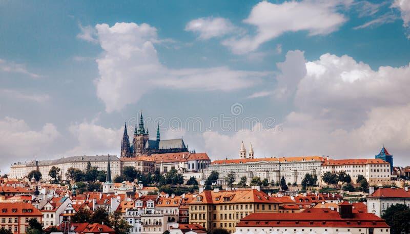 Sikt av den färgrika Prague Europa slotten och den gamla staden med tak för röd tegelplatta, Tjeckien Begreppslopp arkivfoton