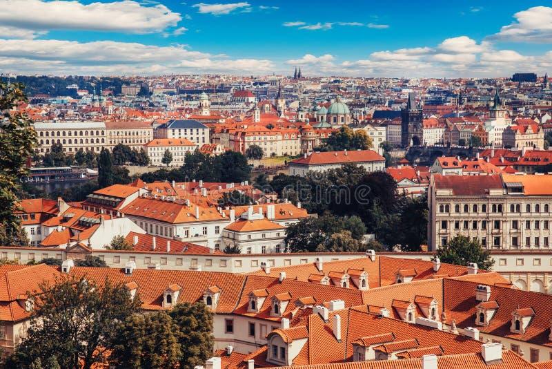 Sikt av den färgrika Prague Europa slotten och den gamla staden med tak för röd tegelplatta, Tjeckien Begreppslopp arkivbilder