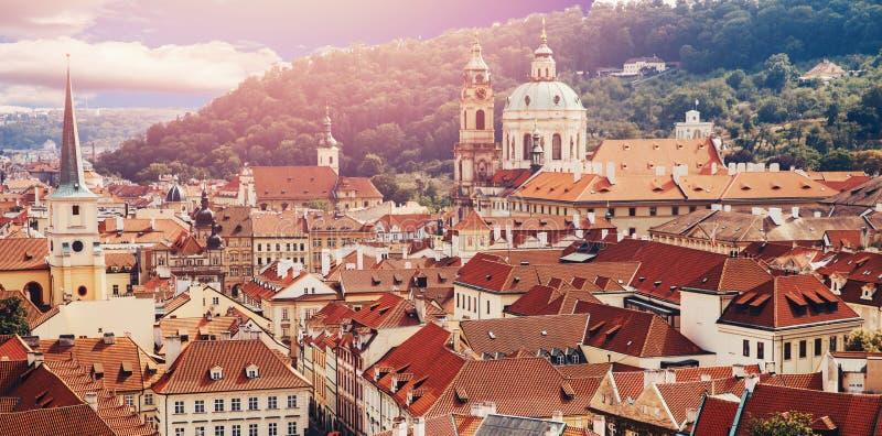 Sikt av den färgrika Prague Europa slotten och den gamla staden med tak för röd tegelplatta, Tjeckien Begreppslopp arkivfoto