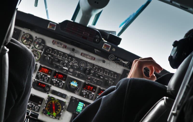 Sikt av den flygplancockpiten och piloten arkivbild