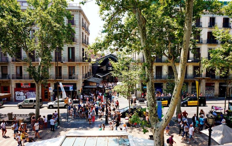 Sikt av den forntida marknads`-Boqueria `en och laen Rambla i Barcelona arkivfoto
