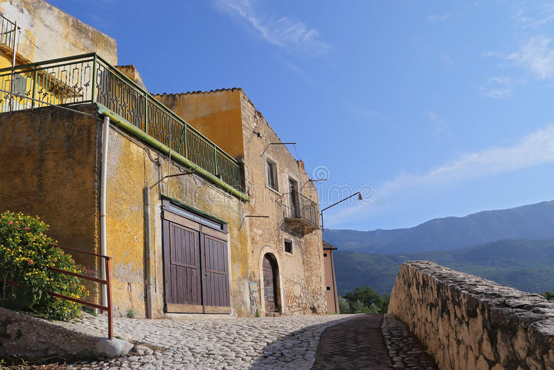 Sikt av den forntida staden - Corfinio, L'Aquila, i regionen av Abruzzo - Italien royaltyfria bilder