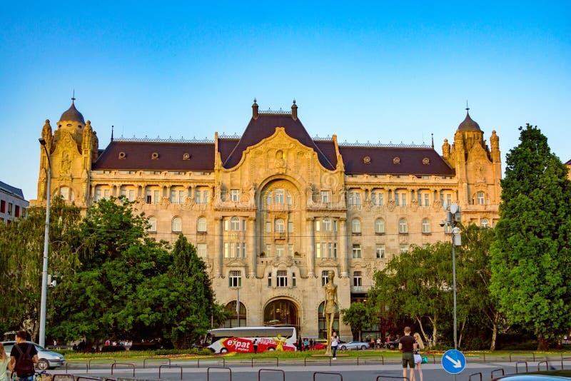 Sikt av den Four Seasons hotellGresham slotten Budapest royaltyfri bild