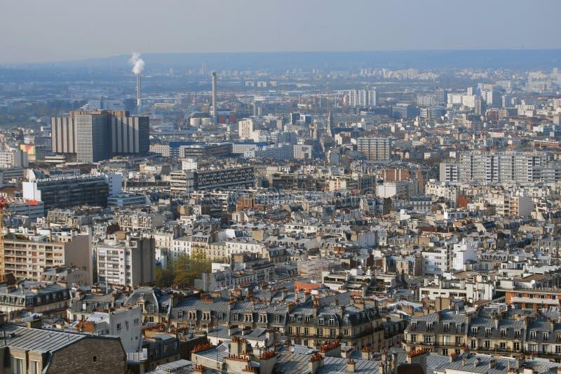 Sikt av den franska staden av Paris med fabriker och hus royaltyfri bild