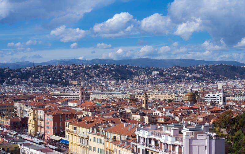 Sikt av den franska staden av Nice från observationsdäcket av fästningen Berg, himmel och tak på en solig dag arkivbild