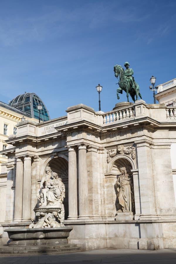 Sikt av den Franz Joseph I statyn och Albertina Museum royaltyfri foto