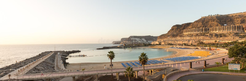 Sikt av den fulla Playa de Amadores fjärdstranden på den Gran Canaria ön i Spanien arkivfoton