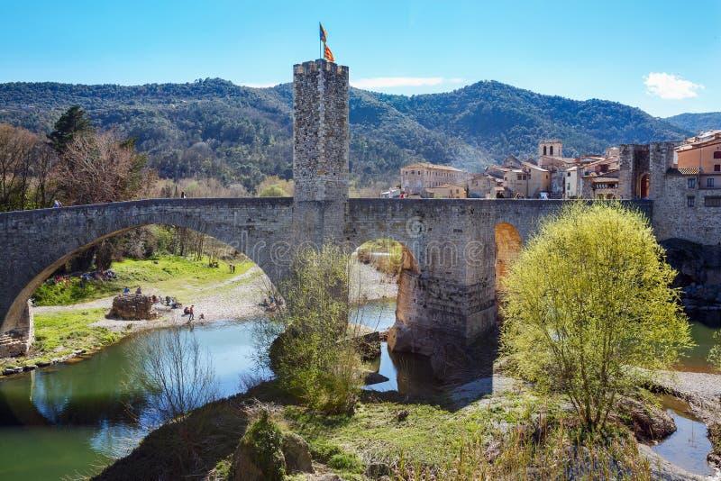 Sikt av den gamla bron och tornet medeltida town för besalu spain royaltyfri bild