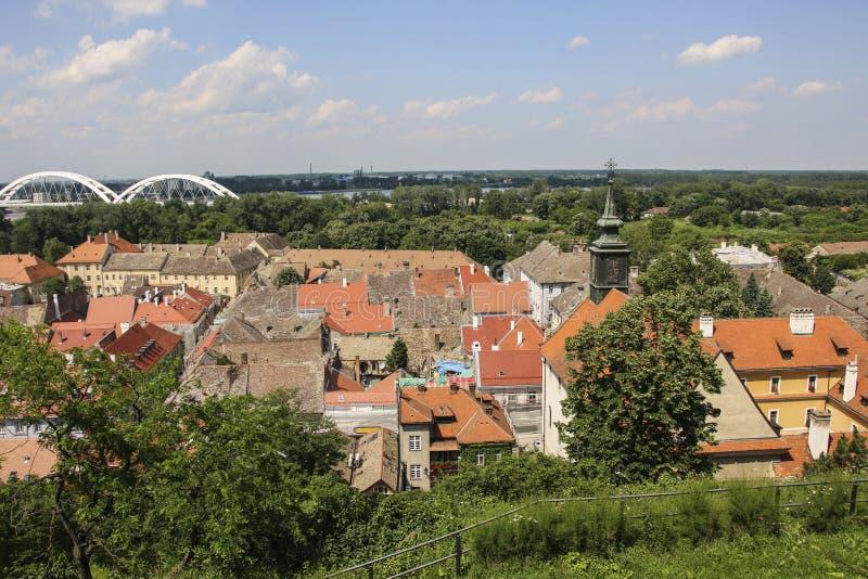 Sikt av den gamla delen av Novi Sad från den Petrovaradin fästningen, Novi Sad, Serbien arkivfoton