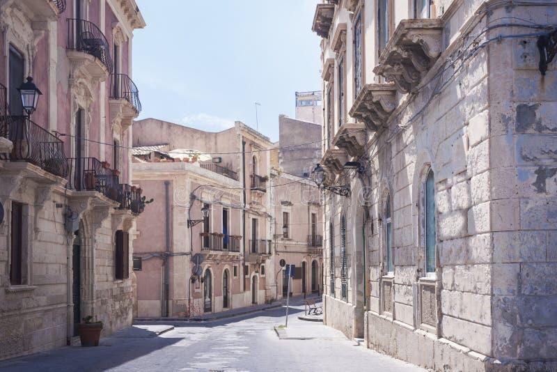 Sikt av den gamla gatan, fasader av forntida byggnader i den Ortygia Ortigia ön, Syracuse, Sicilien, Italien, traditionell arkite arkivfoton