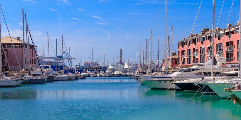 Sikt av den gamla hamnstaden med fyren och de lyxiga yachterna i Genua, Italien royaltyfria bilder