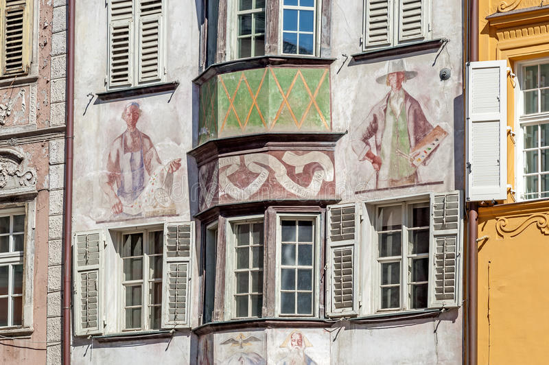 Sikt av den gamla staden av Bozen i Italien fotografering för bildbyråer