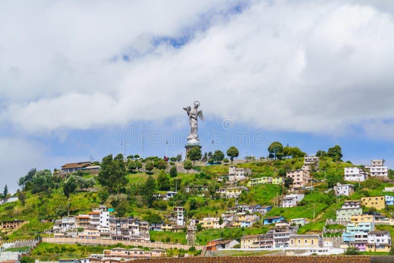 Sikt av den gamla staden av Quito, Ecuador med Rolling Hills royaltyfri bild
