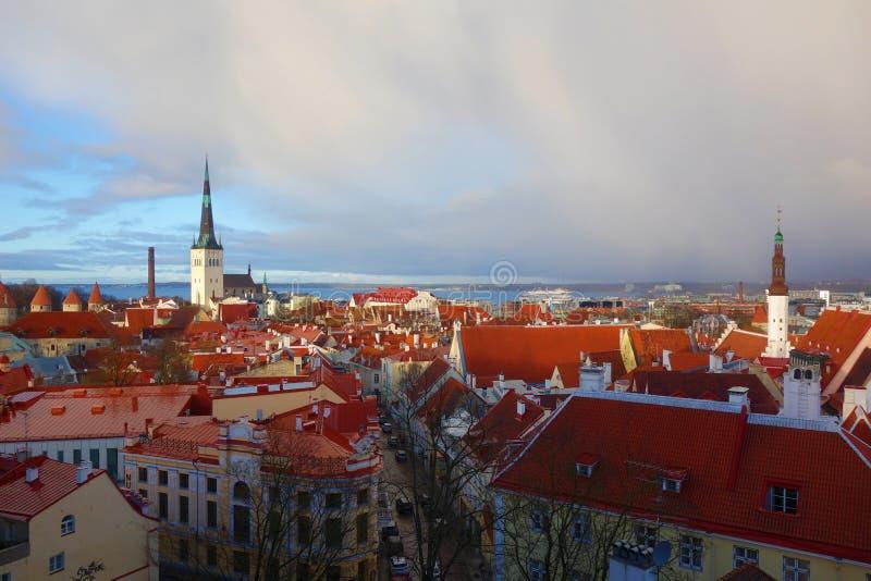 Sikt av den gamla staden för Tallinn ` s efter stormen som är en av de bästa bevarade medeltida städerna i Europa och listas som  royaltyfria foton