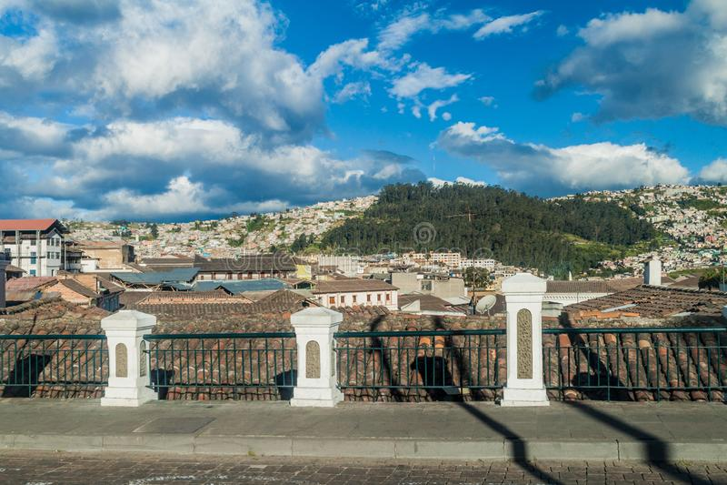 Sikt av den gamla staden i Quito fotografering för bildbyråer