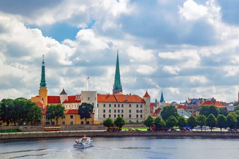 Sikt av den gamla staden i Riga med slotten av den lettiska presidenten royaltyfri fotografi