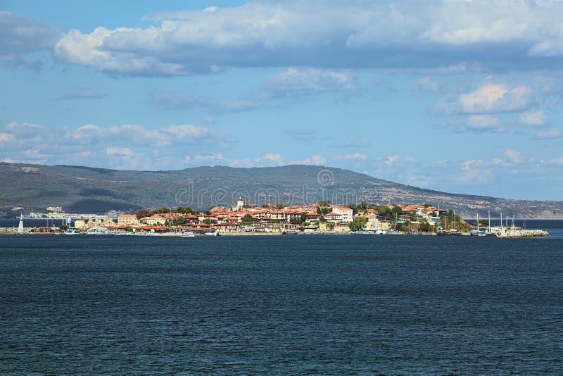 Sikt av den gamla staden av Nessebar från havet, Bulgarien arkivbilder