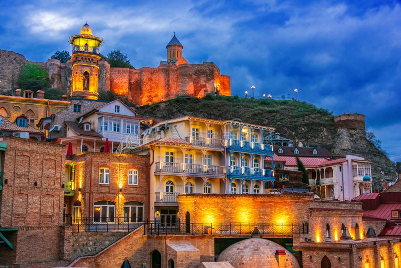 Sikt av den gamla staden av Tbilisi, Georgia efter solnedgång royaltyfria foton
