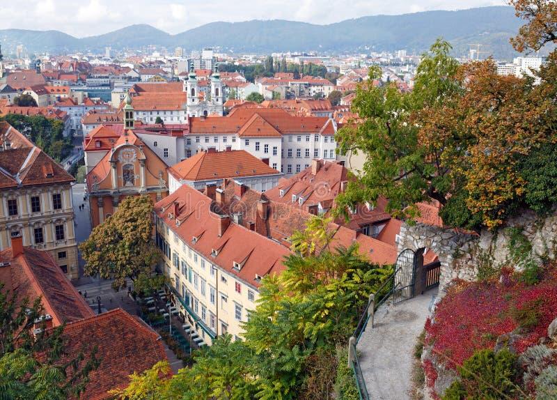 Sikt av den gamla stadmitten av Graz från trappuppgången av den Schlossberg kullen Österrike graz arkivbilder