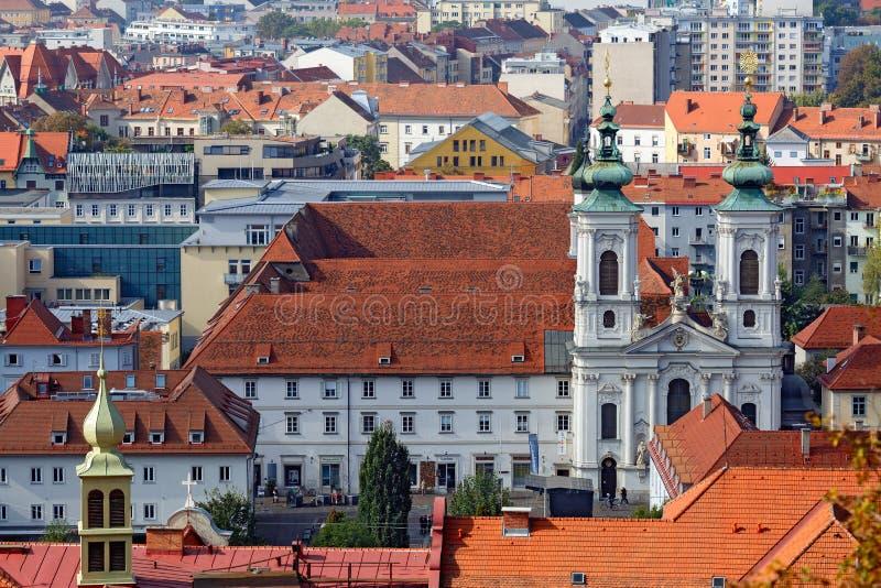 Sikt av den gamla stadmitten av Graz från trappuppgången av den Schlossberg kullen Österrike graz royaltyfri bild