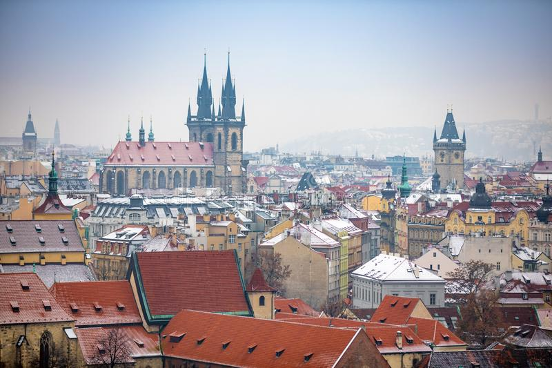 Sikt av den gamla stadPrague staden i den snöig dimmiga dagen i vintern, Tjeckien arkivfoto