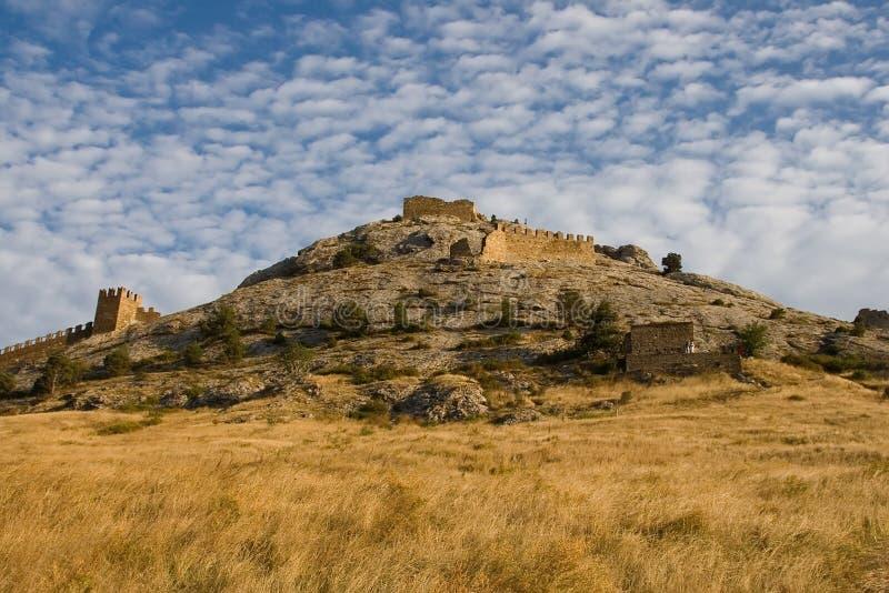 Sikt av den Genoese fästningen i Sudak i Krim Genoese fortres royaltyfri foto
