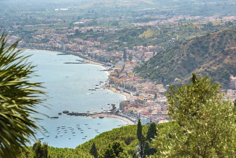 Sikt av den Giardini Naxos staden från Taormina royaltyfria foton