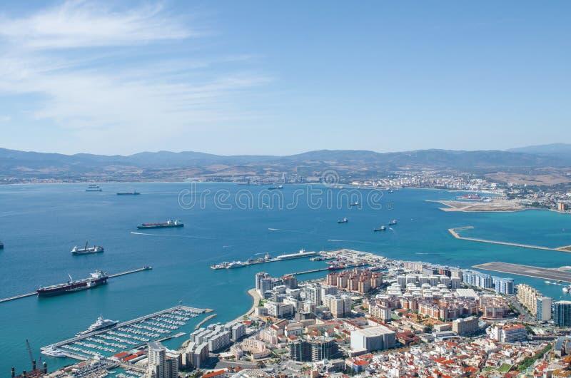 Sikt av den Gibraltar staden, Gibraltar fjärd eller fjärd av Algeciras royaltyfri bild