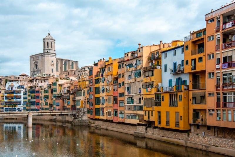 Sikt av den Girona domkyrkan och mång- kulöra hus från bron på den Onyar floden, Girona royaltyfri fotografi