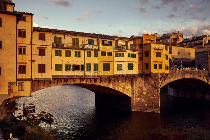 Sikt av den guld- Ponte Vecchio bron i den Florence Arno floden arkivbilder
