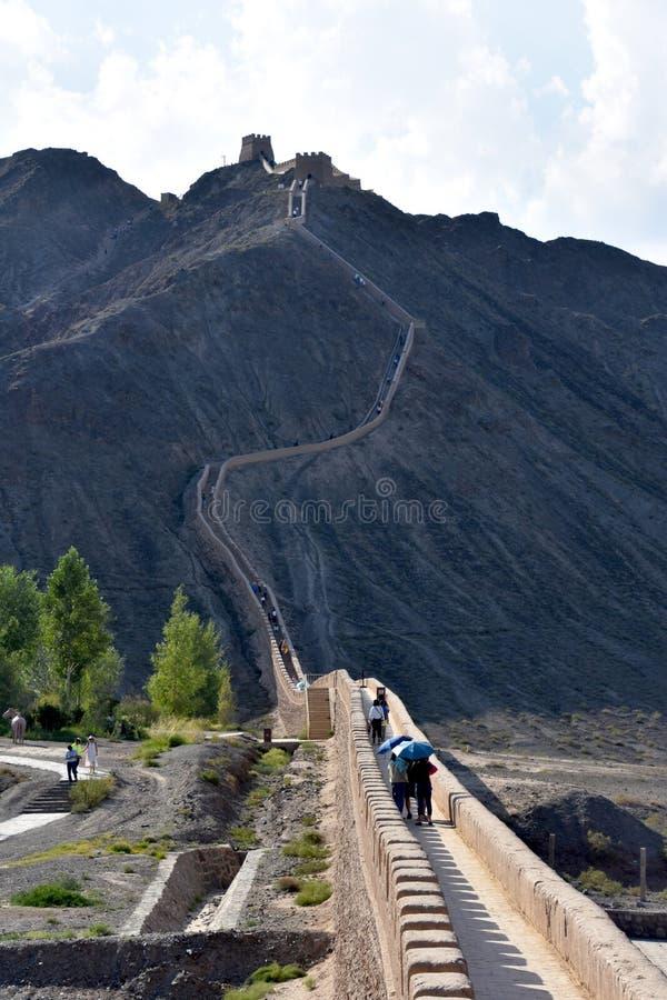 Sikt av den hängande över stora väggen på Jiayuguan, Kina arkivbild