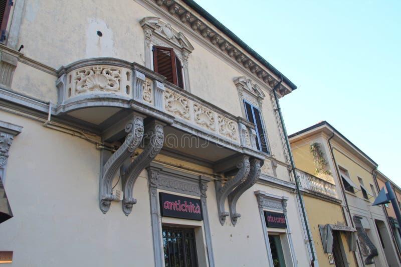 Sikt av den härliga balkongen arkivfoto