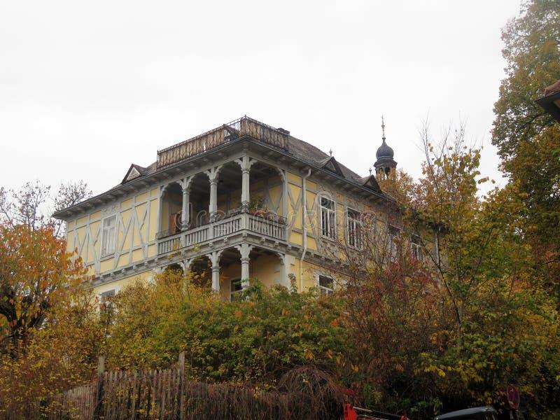 Sikt av den härliga balkongen av huset arkivbild