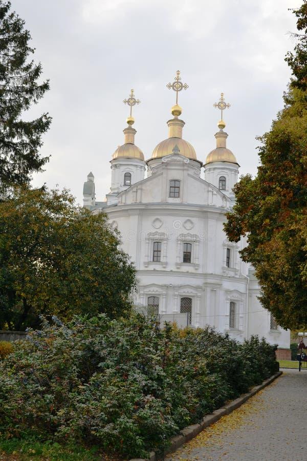 Sikt av den härliga kyrkan mot den blåa himlen och de vita molnen fotografering för bildbyråer
