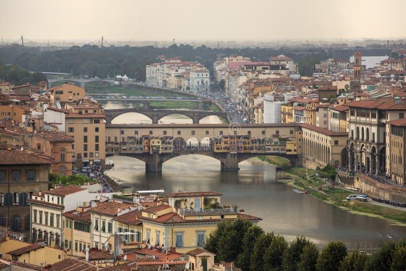 Sikt av den härliga staden Florence med den Ponte Vecchio bron och den Arno floden fotografering för bildbyråer