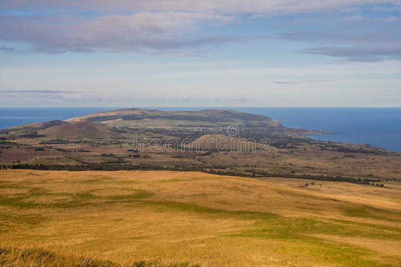 Sikt av den Hanga Roa staden från den Mauna Tere vakavulkan i påskön royaltyfria foton