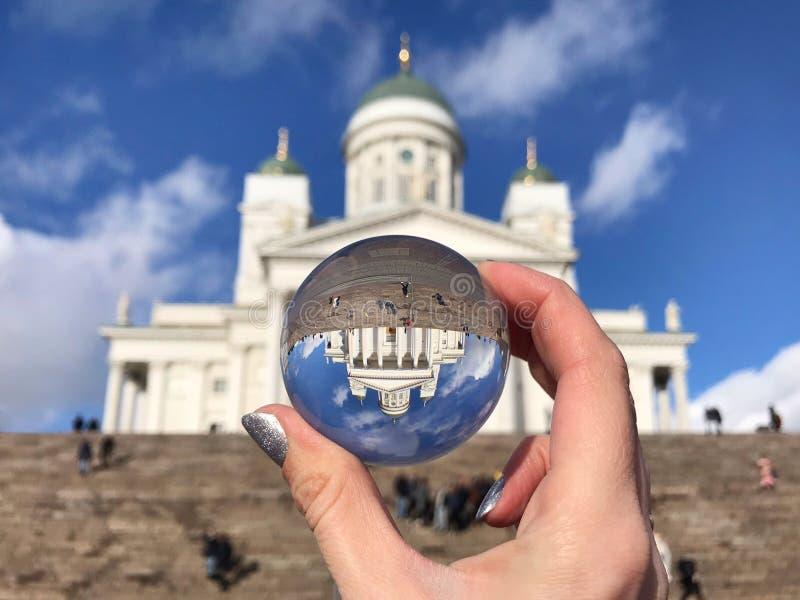 Sikt av den Helsingfors domkyrkan med himmel och kristallkula på solig dag royaltyfria bilder
