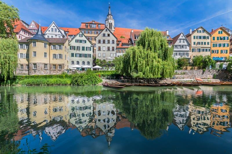 Sikt av den historiska gamla staden av TÃ-¼bingenen, Tyskland med den sceniska reflexionen av husen i vattnet arkivbilder