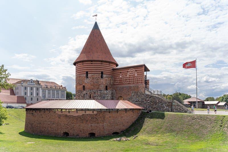 Sikt av den historiska gotiska Kaunas slotten från medeltida tider i Kaunas, Litauen På härlig bakgrund för blå himmel Gammal slo arkivfoto