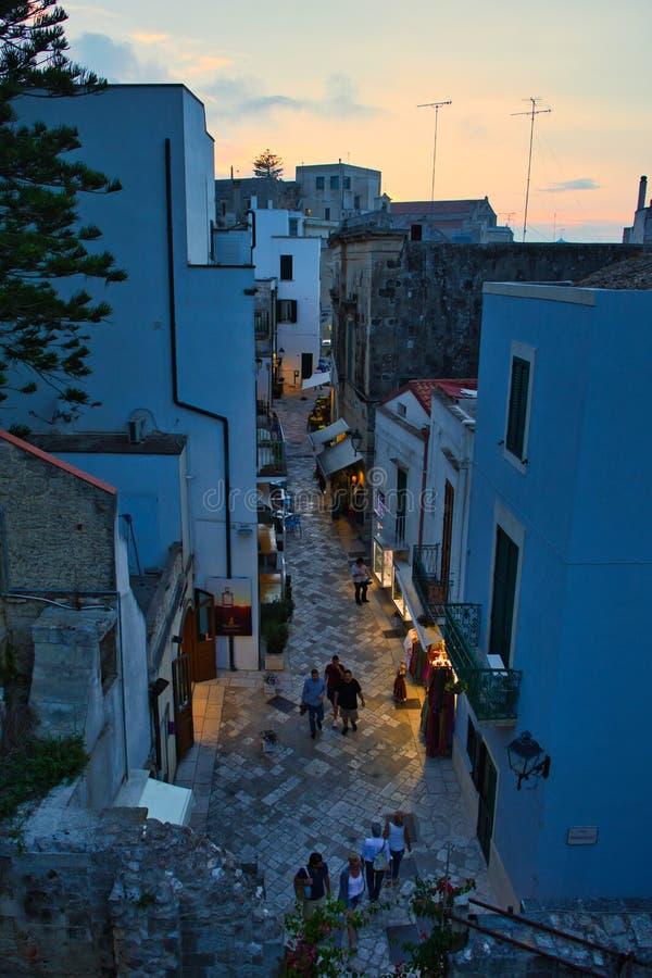 Sikt av den historiska mitten av Otranto på solnedgången Salento Apulia Italien arkivbilder