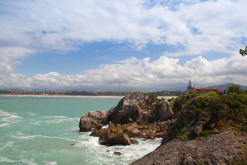 Sikt av den historiska Portofino fyren, Santander, Spanien royaltyfri bild