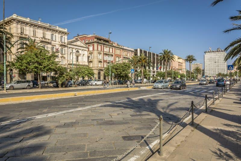 Sikt av den huvudsakliga gatan via Roma Eleganta och historiska byggnader av via Roma på hav-framdelen på Cagliari, Sardinia, Ita arkivbild