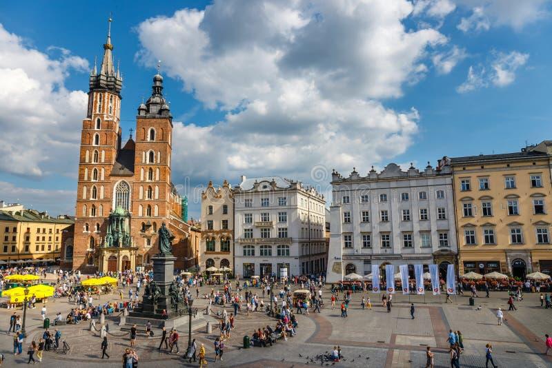 Sikt av den huvudsakliga marknadsfyrkanten, historisk mitt av Krakow, Polen royaltyfria bilder